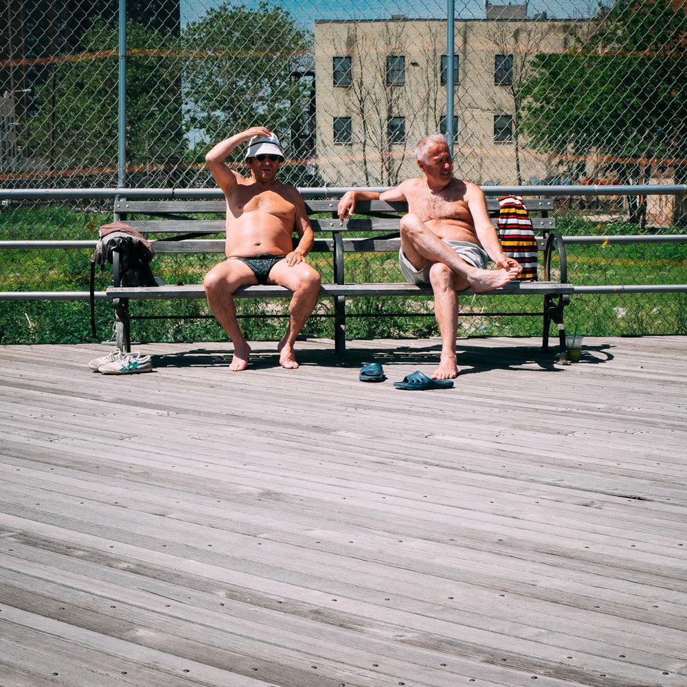 reise bericht new york gotham coney island strand senioren sitzen