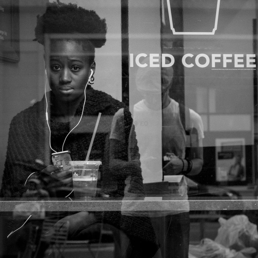 reise bericht new york gotham iced coffee starbucks fensterbild