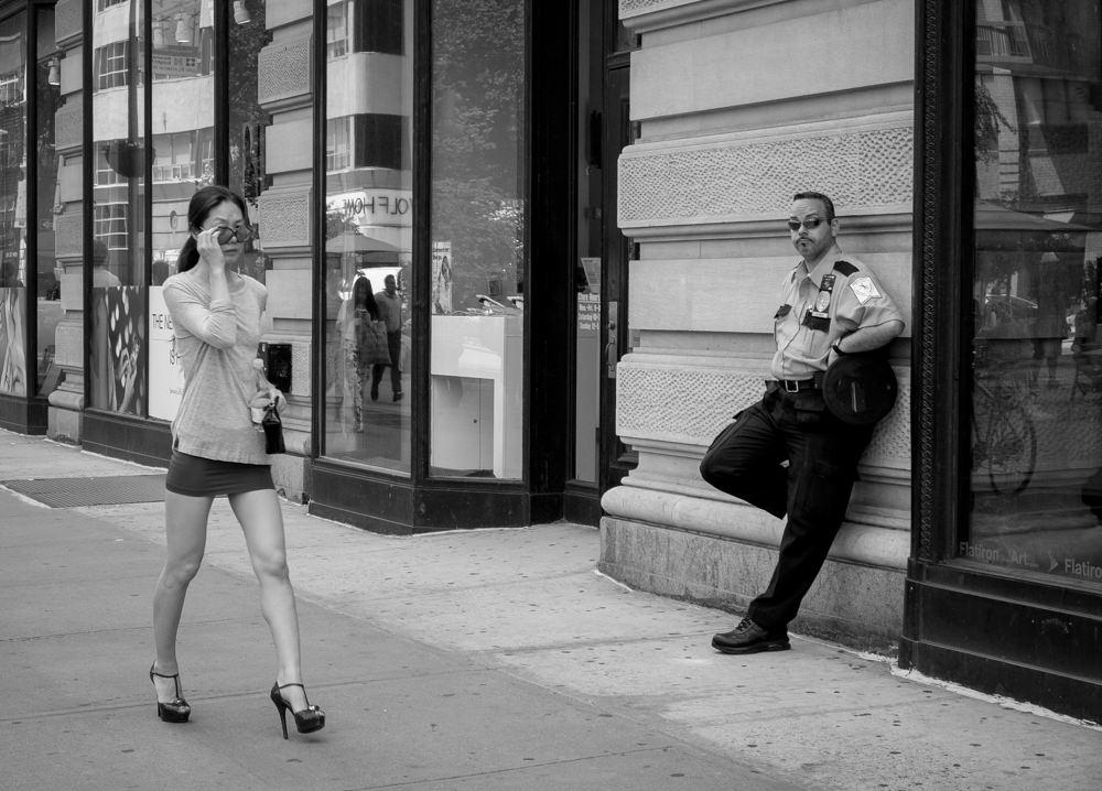 reise bericht new york gotham polizist schaut frau hinterher