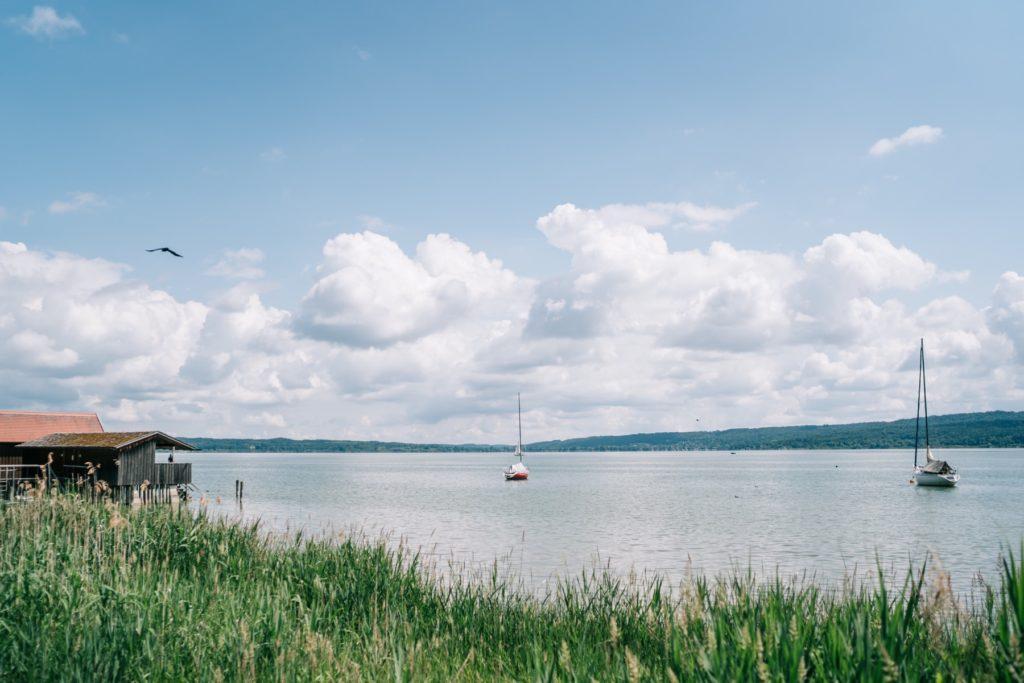 hochzeitsfotograf am ammersee - blick über den ammersee mit segelbooten
